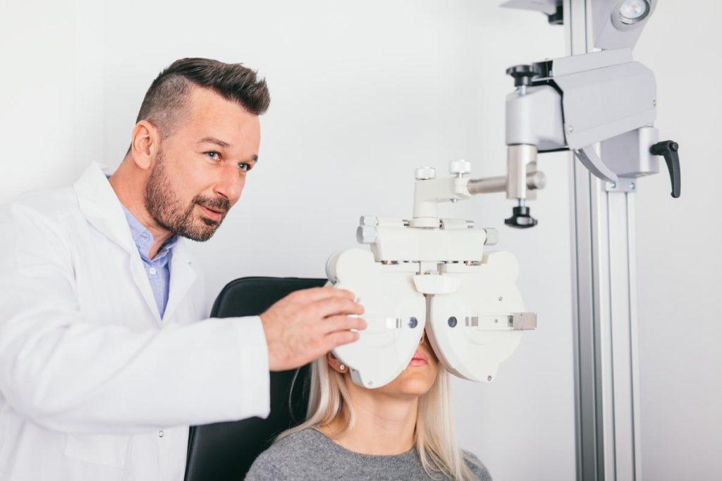 L'orthoptiste qualifié pour le dépistage, la rééducation et la réadaptation oculaire