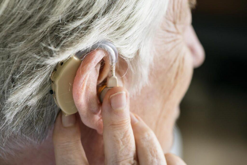 Femme âgée portant une prothèse auditive