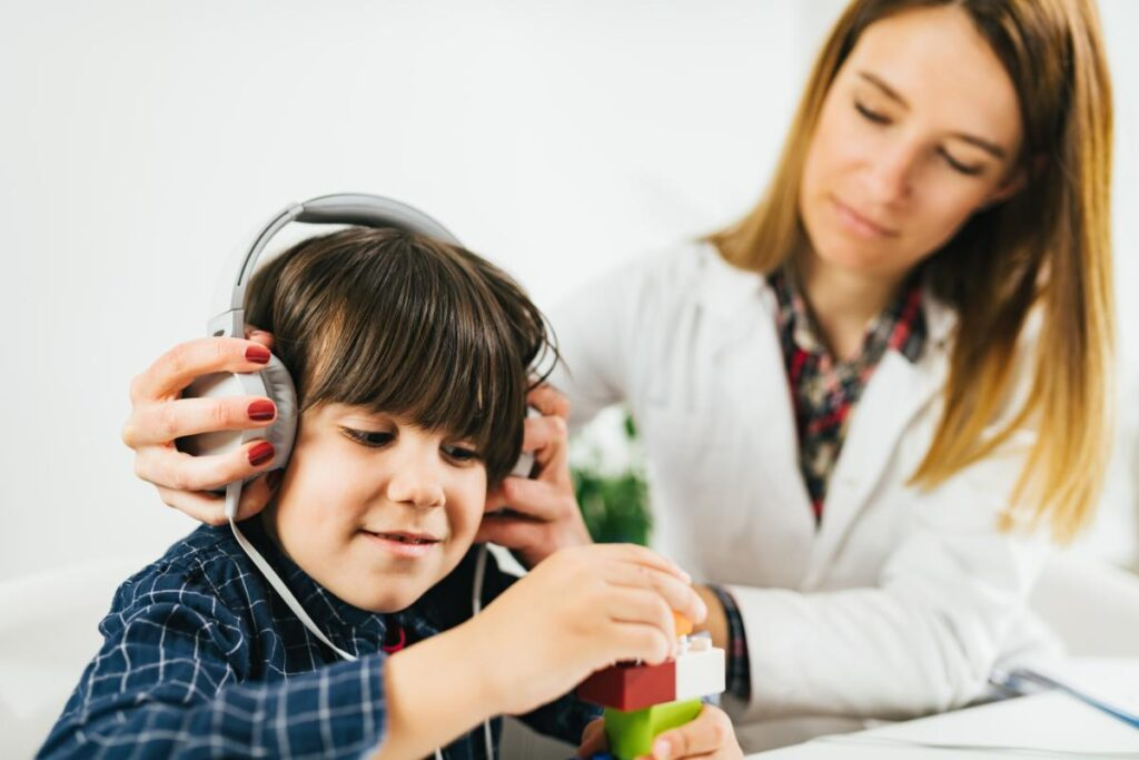 Audiologiste pédiatrique test audition avec un petit garçon