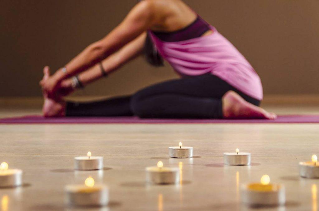 séance de yoga avec bougies naturelles